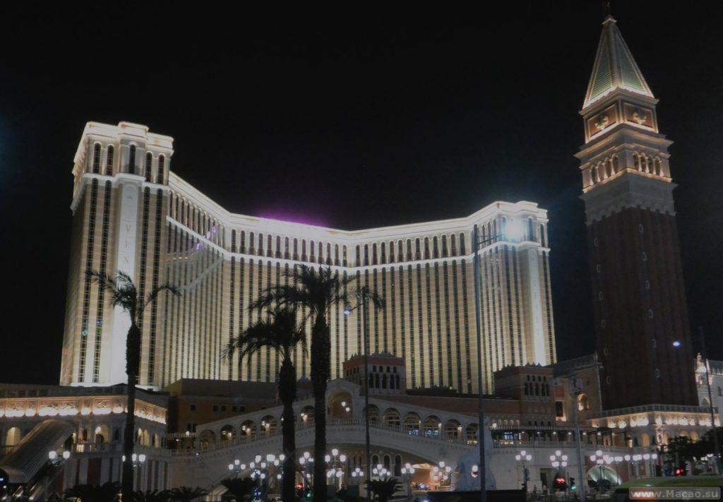 Отель Venetian ночью